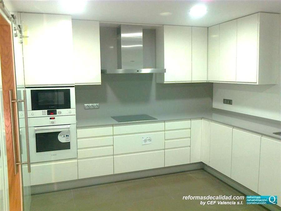 Galer a 3 de fotos de cocinas de dise o y modernas en valencia for Cocina blanca electrodomesticos blancos