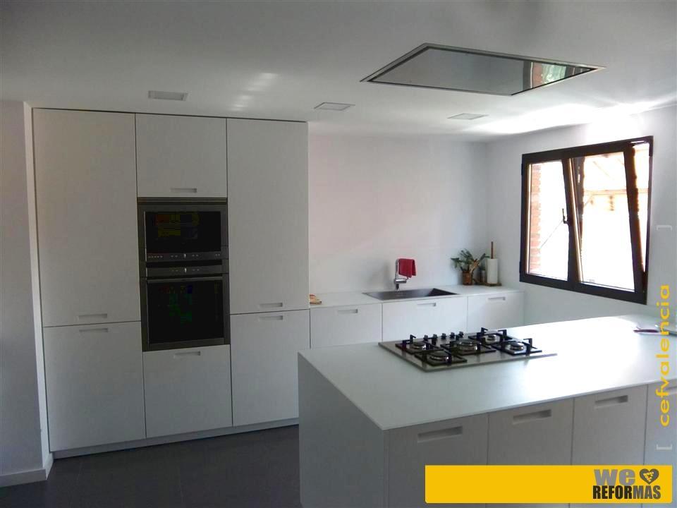 Galer a de fotos de cocinas con mobiliario en blanco en for Cocinas en valencia