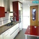 Vista general de reforma de cocina de diseño en colores Burdeos/Vino realizada en Valencia