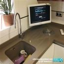 Detalle de zona fregadero bajo encimera en cocina reformada con escurridor integrado en bancada y vertedero de comida orgánica encastrado realizado por CEF Valencia