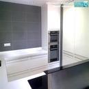 Vista general de cocina realizada en Paterna con colores blancos y grises