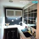 Vista general de zona iluminada de vitrina en reforma de cocina realizada en Aldaia