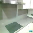 Vista de zona cocina con respaldo en material Silestone con vitrocéramica inducción en color gris