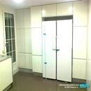 Zona de almacenamiento y frigoríficos con mobiliario de la marca alemana de cocinas Nobilia en color blanco