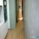 Vista de cocina realizada con microcemento y tarima en pvc para cocina y mobiliario en blanco