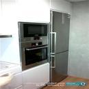 Columna de horno y micro con frigorífico en reforma de cocina blanca en Valencia
