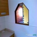 Detalle pasaplatos hacia comedor en pequeña cocina realizada en Valencia con estilo moderno-rústico