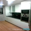 Vista zona mobiliario en reforma de cocina de diseño en blanco con bancada en negro Valencia