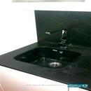 Detalle de fregadero bajo encimera en color negro con mobiliario blanco en reforma de cocina en Valencia