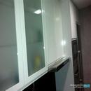 Vitrinas blancas con vidrio en reforma de cocina realizada en Valencia