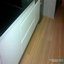 Detalle muebles bajos en blanco de marca Nobilia y tarima flotante para baños y cocinas en PVC de la marca Dumafloor