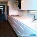 Vista general de mobiliario alto y bancada blanca en material corian en zona av. Francia de valencia