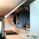Muebles altos con puertas abatibles en color blanco en reforma de cocina en av. Francia de valencia