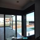 Vista de porche vivienda y zona piscina desde Cocina
