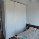 Armario en habitación principal con puertas correderas lacados en blanco