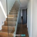 Vidrio de seguridad en barandilla de separación en escalera en planta baja