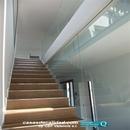 Vista general de escalera con cristal de separación entre plantas