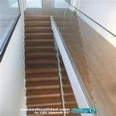 Vista de escalera y barandillas desde zona superior