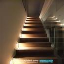 Vista frontal en sentido subida de escalera iluminada