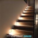 Escalera con iluminación lateral