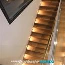 Vista superior escalera iluminada con revestimiento cerámico de Porcelanosa