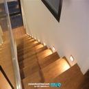 Bajada de escalera forrada con revestimientos cerámicos de porcelanosa