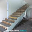 Detalle de escalera con montaje de vidrios