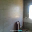 Trabajos de alicatado en baño principal con revestimientos porcelanosa