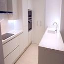 foto1441 Cocina-Final / Vista más próxima de cocina con despensa al fondo y península