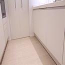 foto1447 Cocina-Final / Vista de muebles bajos de cocina y pavimento marca Saloni