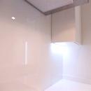 foto1460 Cocina-Final / Detalle respaldo de bancada en vidrio blanco con iluminación led bajo muebles