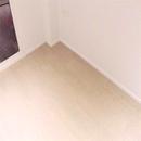foto1481 Habitación principal-Finales / Vista de detalle rodapié en madera blanca con pavimento porcelánico simulación madera