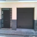 foto2126 Fachada-Aluminio / Detalle de puerta acceso vivienda familiar y a garaje vivienda rehabilitada